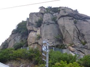 ダム横の岩場